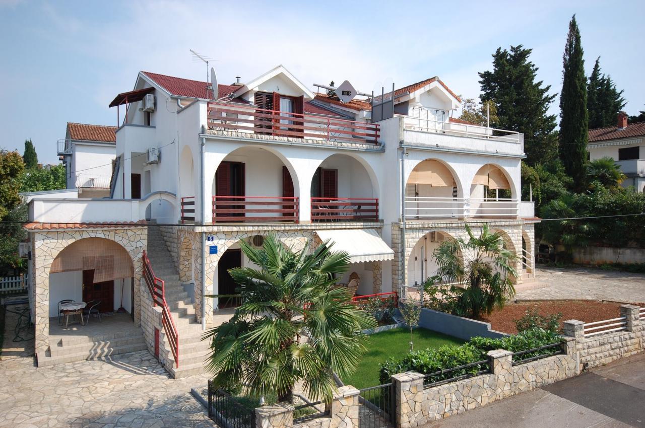 klimatisierte dg wohneinheit f r 4 5 im mediterranen haus. Black Bedroom Furniture Sets. Home Design Ideas