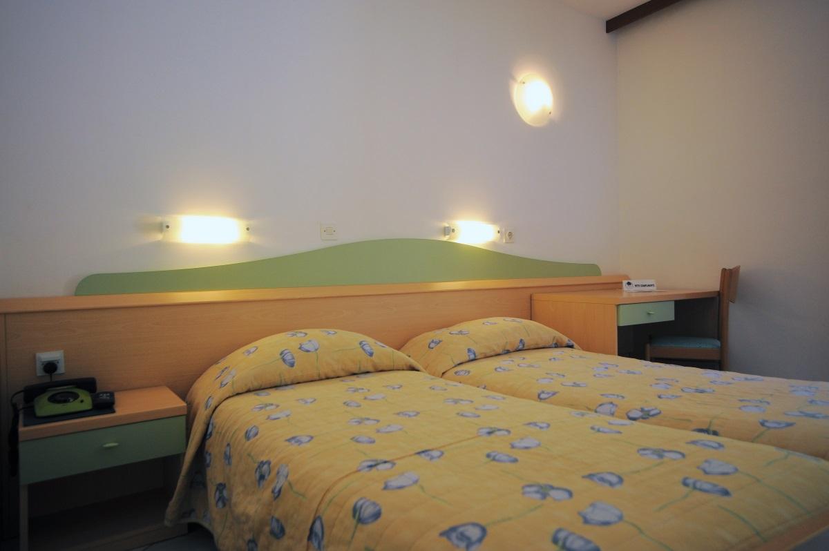 Doppelzimmer Straßenseite ohne Balkon  (2 Personen)