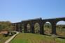 Zug auf Eisenbahnbrücke
