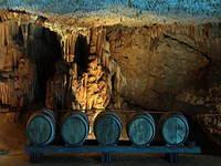 Weinfässer - Höhle Mramornica, Brtonigla