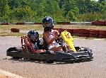 Mutter und Kind beim Kart fahren