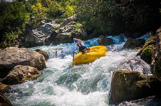 Kanu Kroatien - Paddler mit Raft auf Cetina