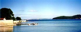 Blick von der Küste auf das nahe Festland