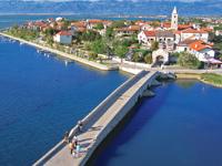 Die benachbarte Stadt Sibenik auf dem Festland