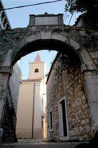 Die alte Stadtmauer von Pirovac