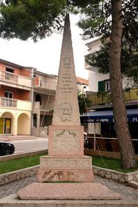 Denkmal im Zentrum von Pirovac
