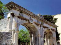Das Doppeltor und die Stadtmauer von Pula