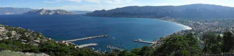 Vom Hügel aus hat man einen traumhaften Blick auf die Bucht von Baska