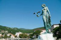 Statue Mädchen mit Möwe