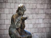 Sinj Mädchen Statue