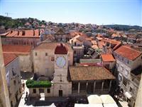 Glockenturm und Stadt Loggia Trogir