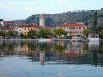Blick vom Fluss Krka auf Skradin