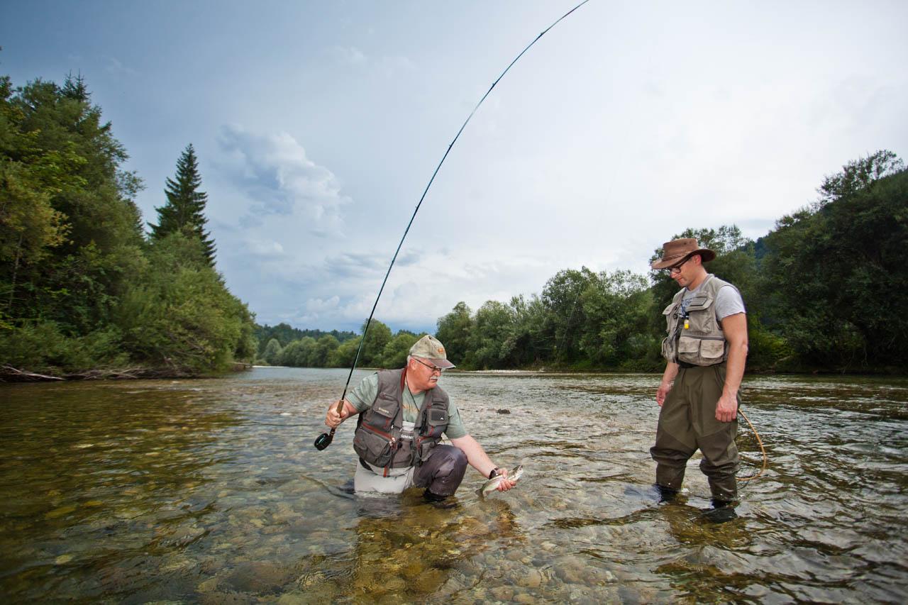 2a17b4e509e10 Fliegenfischer bei der Begutachtung des Fangs in der Sava Dolinka. (Foto:  Slovenia Info; Jost Gantar)